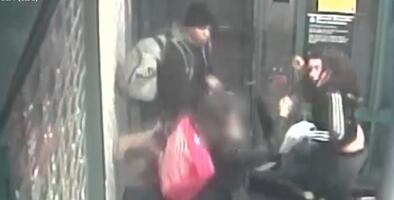 Mujer es atacada por dos jóvenes tras pedirles que se pusieran la mascarilla en estación de metro en Brooklyn
