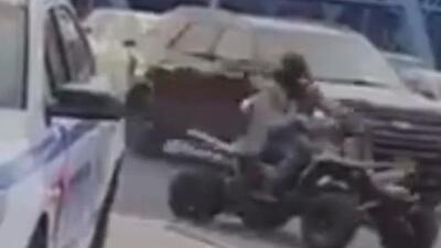 En video: Un grupo de motociclistas rodea a un policía en una estación de gasolina en El Bronx