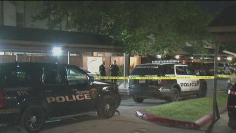 Policía investiga el hallazgo de un cuerpo dentro de un apartamento en el oeste de Houston