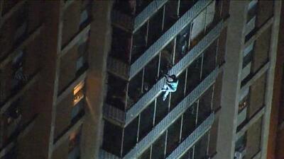 El nuevo Spider-Man de Filadelfia: un hombre escapa de un incendio escalando un edificio