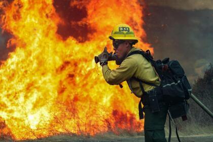 El trabajo de cientos de bomberos en las últimas 72 horas ha sido clave para controlar el paso destructivo de las llamas, que en San Diego, además, de miles de acres quemados también dejaron 10 estructuras convertidas en cenizas. <br>