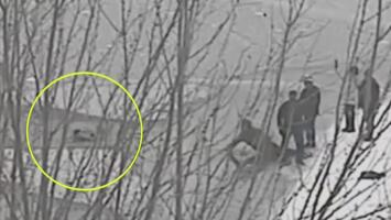 Con ayuda de un policía, un padre rescata a su hijo de ahogarse en un lago helado