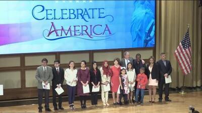 """""""Los inmigrantes son una bendición y una fortaleza"""": expresidente Bush participa en una ceremonia de naturalización"""