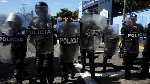 Policía de Nicaragua agrede a periodistas que se manifestaban en contra de allanamientos a medios críticos de Ortega