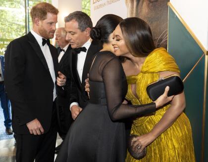 """Con este cariñoso abrazo, Beyoncé Knowles-Carter saludó a Meghan Markle, a quien según reportó The Sun, le expresó que  <b><a href=""""https://www.univision.com/famosos/las-fotos-que-muestran-a-los-principes-george-charlotte-y-louis-robandose-algo-del-primer-show-de-su-primo-archie-fotos"""">su bebé Archie está hermoso</a></b>."""