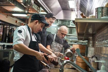 <b>Puesto 10. Cocineros. </b>Ganaron en promedio 25,272 dólares en 2018. Aunque muchos se forman en escuelas de cocina la mayoría de estos empleados se capacitan en el propio trabajo, que puede tener un alto nivel de complejidad y les obliga a estar muchas horas de pie. Se proyecta que la demanda de cocineros aumentará un 6% para 2026, el equivalente al crecimiento promedio en todos los trabajos. Hay 1,325,000 personas con este oficio en el país.