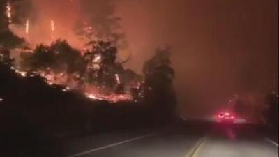 Entre las llamas: un conductor atraviesa los fuegos de California y muestra su intensidad