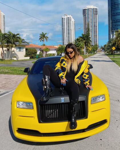 """Para 2020, el regalo de Anuel AA a Karol G por su cumpleaños fue aún de mayor categoría: un Rolls-Royce Wraith personalizado con un valor superior a los 350,000 dólares. <br> <br> <b>Relacionado:</b>  <a href=""""https://www.univision.com/carros/carros-y-famosos/el-carro-blindado-que-pertenecio-a-al-capone-a-la-venta-por-1-millon-de-dolares-fotos?q=720%20s"""" target=""""_blank"""">Así es el lujoso carro con el que Anuel AA sorprendió a Karol G en su cumpleaños</a>"""