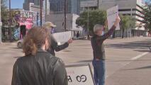 Protestas frente a las oficinas de Ted Cruz tras los hechos violentos que se registraron en el Capitolio