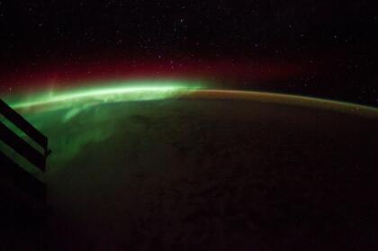 """La tripulación de la ISS realiza experimentos biológicos, físicos, astronómicos y meteorológicos, aprovechando el ambiente espacial libre de gravedad y el recorrido que hace la estación al orbitar La Tierra. También prueban nuevos sistemas y equipos que se utilizarán en las misiones espaciales futuras. """"¡Este año celebrando el día de San Patricio viendo la aurora desde la Estación Espacial"""", escribió Hague junto a esta foto el 17 de marzo."""