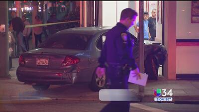 Auto se estrella y destruye una pizzería en Inglewood