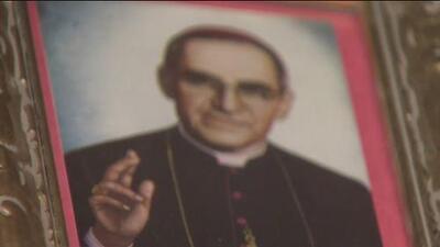 El inmigrante salvadoreño que escribió una coronilla del rosario en honor a monseñor Romero