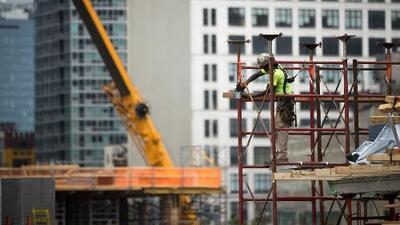 Anuncian cargos criminales contra 10 empresas por millonario robo de salarios a trabajadores de construcción
