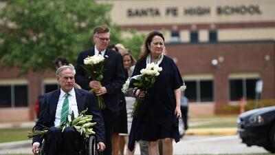 """""""Necesitamos armar a los maestros"""": vicegobernador de Texas tras la masacre en la escuela Santa Fe"""
