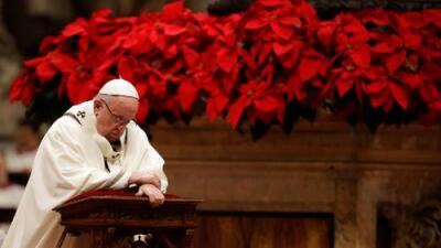 En misa de Nochebuena, el papa Francisco pide dejar el materialismo