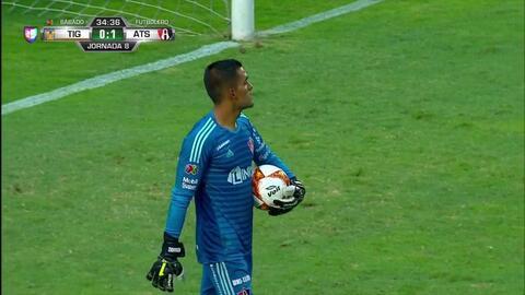 Omar González despeja el balón y aleja el peligro