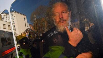 Ecuador entrega a Julian Assange después de que una filtración de WikiLeaks salpicó al hermano del presidente Moreno