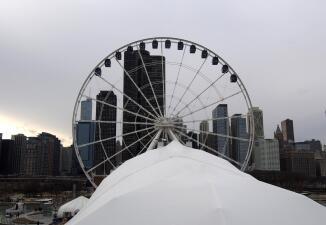 Avanzan en la instalación de la nueva rueda de la fortuna en Navy Pier