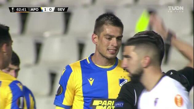 Tarjeta amarilla. El árbitro amonesta a Vujadin Savic de APOEL Nicosia