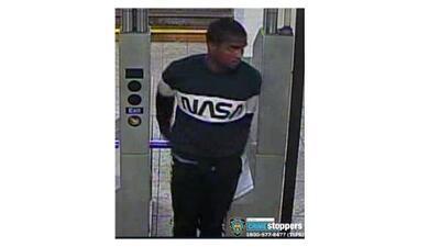 Un hombre abusa sexualmente de una mujer que se quedó dormida en una estación del subway en Manhattan