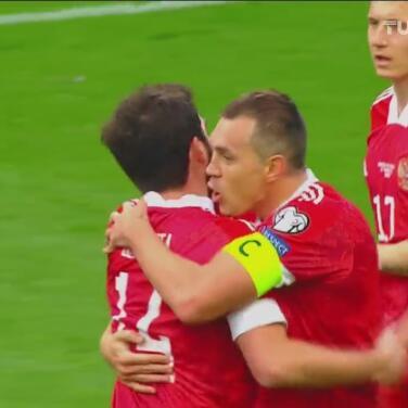 ¡Lo hace ver fácil! Dzyuba alcanza a disparar y marca el 1-0 de Rusia