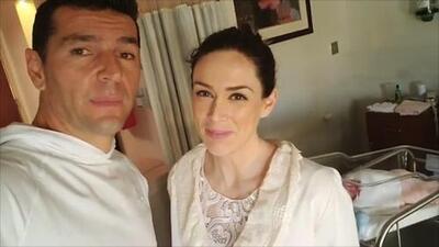 """""""Felices desde el hospital"""": Jacky Bracamontes y su esposo muestran a Paula, una de sus gemelas"""