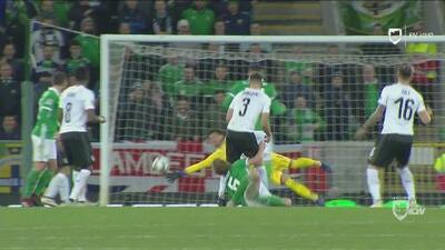 ¡Se salvó Austria! Al remate de Saville le faltaron pocos centímetros para ser gol