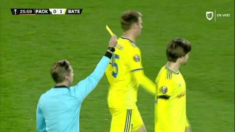 Tarjeta amarilla. El árbitro amonesta a Dmitri Baga de BATE Borisov