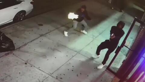 En video: Buscan a los sospechosos de atacar a balazos a dos hombres en Brooklyn