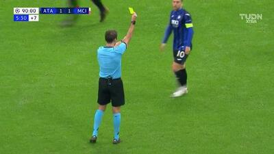 Tarjeta amarilla. El árbitro amonesta a Bernardo Silva de Manchester City
