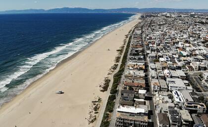 Esta toma aérea muestra la desolación de la costa desde Manhattan Beach y hasta Santa Monica, tras la medida de cierre del todas las playas del condado de Los Ángeles.