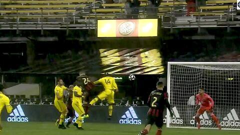 El portero Zack Steffen evita el gol de Julian Gressel con una espectacular atajada a una mano