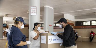 Fundaciones de Ricky Martin y Juan Luis Guerra ayudan a profesionales de salud que combaten el coronavirus