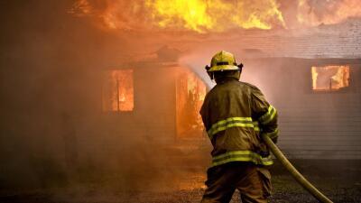 California sigue su combate contra 14 incendios forestales