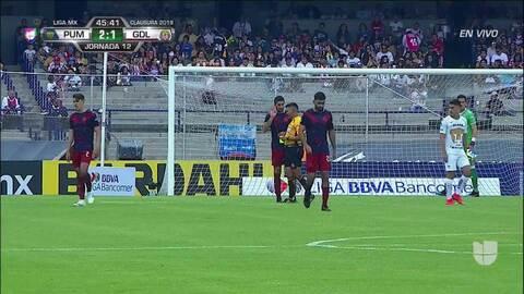 Tarjeta amarilla. El árbitro amonesta a Jair Pereira de Guadalajara