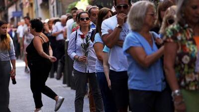 Cientos de personas hacen largas filas para dar el último adiós a Camilo Sesto
