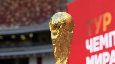 El trofeo de la Copa del Mundo inició su gira de la mano de Putin e Infantino