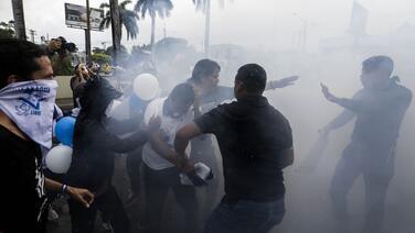 Policía de Nicaragua agrede a los opositores que regresaron a las calles a un año de la última gran marcha contra Ortega