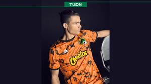 Cristiano Ronaldo posa con la nueva playera de... ¡¿Jaguares de Chiapas?!