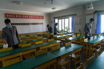 <b>Aula desinfectada.</b> Estudiantes de medicina en Pyongyang, Corea del Norte, desinfectan la sala donde recibirán una clase. 22 de abril
