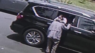 En video: Una mujer engaña a una pareja de ancianos y les roba sus joyas