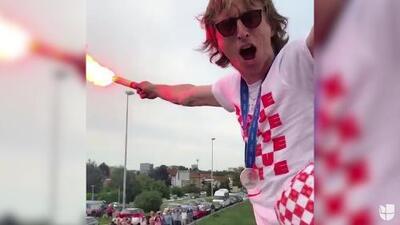¡Espectacular festejo! Modric celebró con una bengala en la mano al llegar a Croacia