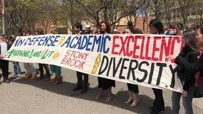 """""""Esto apesta"""": hasta un premio Pulitzer se queja de la eliminación de un programa de lengua hispana en la Universidad de Nueva York"""
