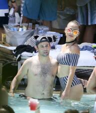Ximena Córdoba sexy y muy enamorada en la piscina