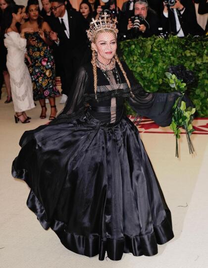 El año pasado, fue una de las celebridades que se robó las miradas de todos los asistentes por vestir este atuendo con motivos católicos completamente negro.