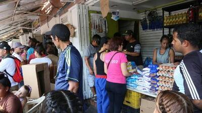Ante la falta de dinero, venezolanos apelan al trueque de bienes y servicios para poder sobrevivir