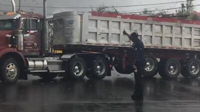 Al mal tiempo buena cara: el policía de Puerto Rico que baila salsa mientras ordena el tráfico