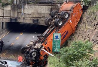 Caos vehicular y múltiples heridos: las fotos del camión que se volcó en una autopista cerca del Lincoln Tunnel