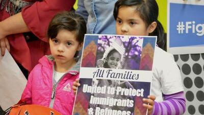 Legisladores y organizaciones proinmigrantes le piden al gobierno de Trump que deje de separar familias en la frontera