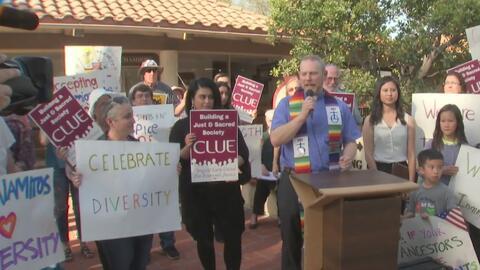 Coalición en Los Alamitos protesta y le muestra su apoyo a la comunidad inmigrante